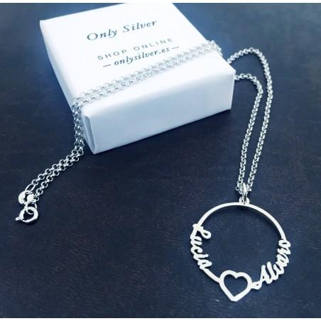 Colgante para collar personalizado con dos nombres y corazón. Elaborado en plata. Vista exposición 2