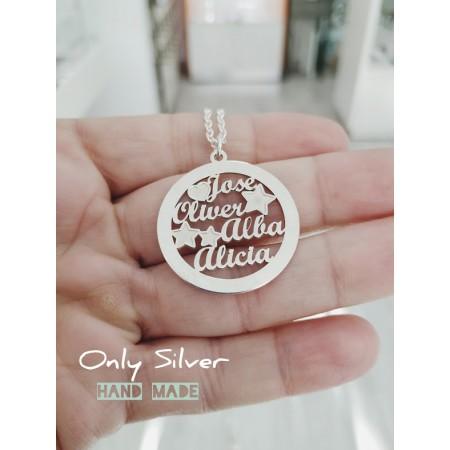Joyas personalizadas: Colgante en plata personalizado con nombres grabados en su interior. Vista en mano