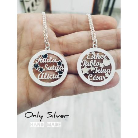 Joyas personalizadas: Colgante en plata personalizado con nombres grabados en su interior. Vista mano 2