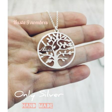Collar árbol de la vida personalizado mostrado en la mano